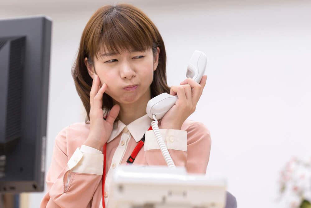 要求を断った後のしつこい長電話は対応を拒絶し、電話を切る